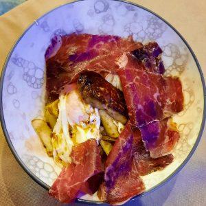 Huevos rotos con cecina y foie