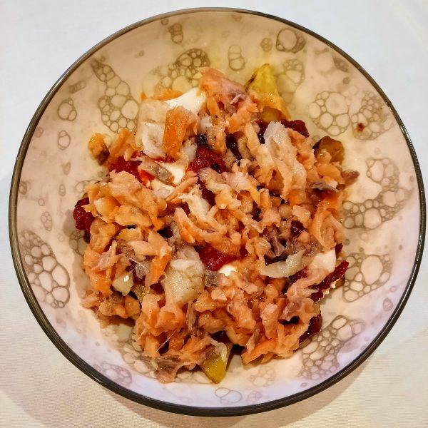 Huevos rotos con salmón y pimientos