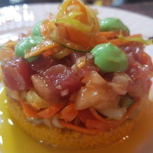 Tartar de atún rojo Balfegó con sus daditos de mango, tomate lobello premium, cebolleta fresca, y caviar de frutos rojos