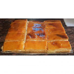 Tarta de hojaldre rellena de crema pastelera y merengue